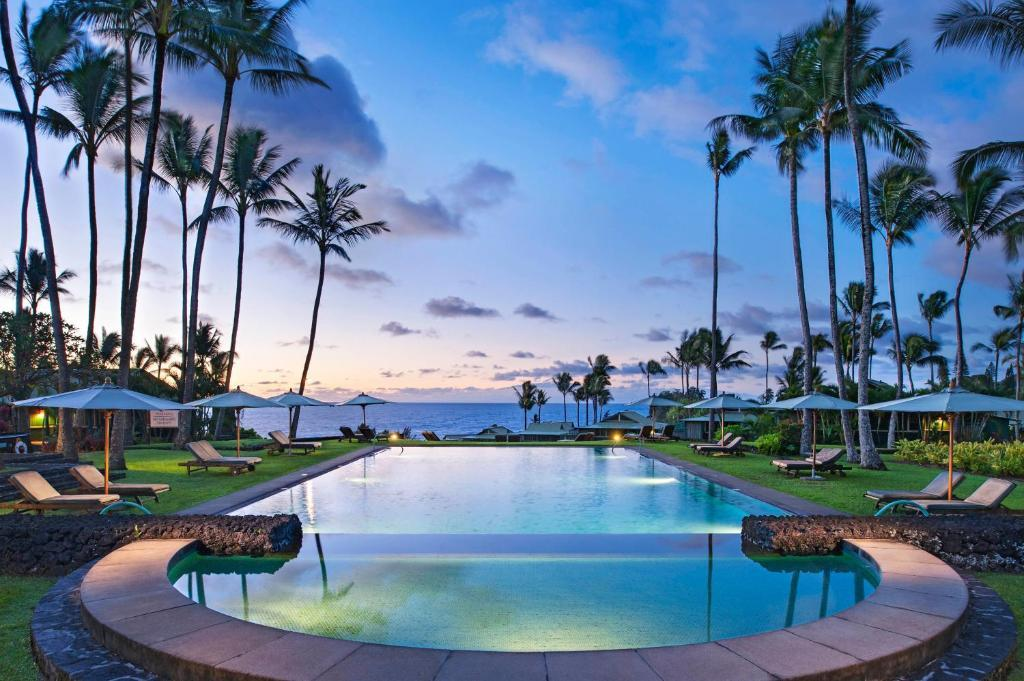 pool looking over the ocean in Maui Hawaii